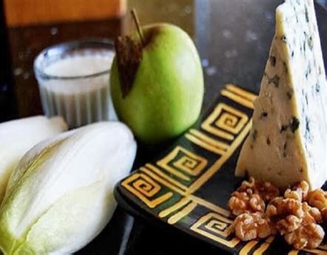 Endivias rellenas de surimi y queso roquefort