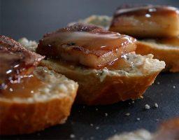 Tapa de panceta asada con champiñones